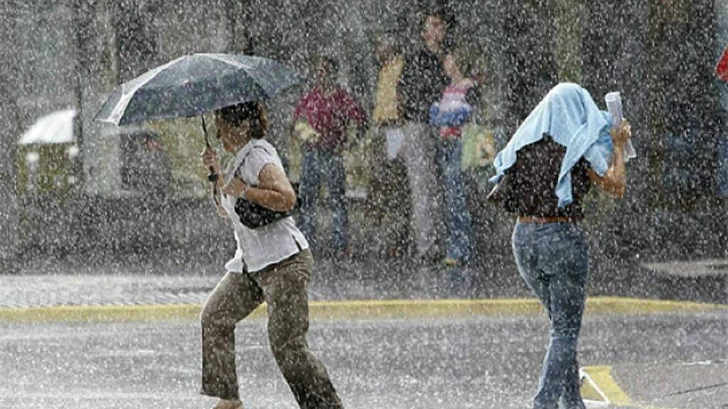 El COE mantiene en alerta 15 provincias debido a lluvias asociadas a vaguada
