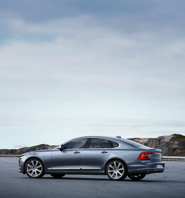 Rear 3/4 view of 2017 Volvo S90 T6 AWD Inscription