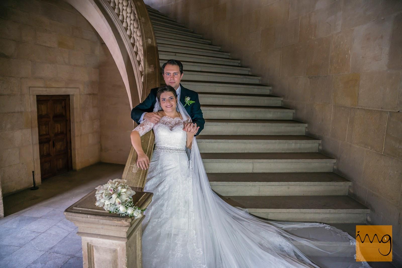 Fotografía de boda, pose en las escaleras de Carlos V, Granada