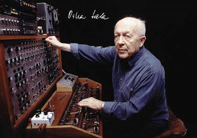 El compositor e inventor Oskar Sala con el Mixturtrautonium transistorizado en la segunda mitad de los años 90