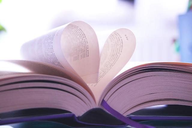páginas de livro formando um coração