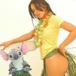 Andrea Rincon, Selena Spice Galeria 13: Hawaiana Camiseta Amarilla Foto 14