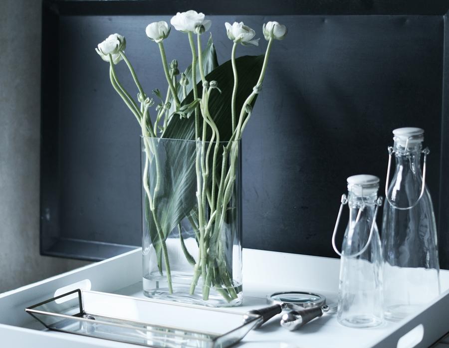 Blog + Fotografie by it's me! - Wohnen - weiße Ranunkeln in einer hohen Vase
