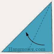 Bước 2: Gấp chéo cạnh lớp trên cùng của tờ giấy vào trong.
