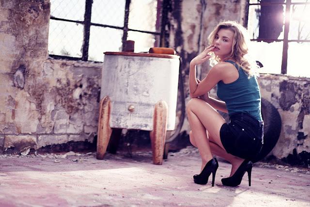 Elisha Cuthbert Wearing High Heels