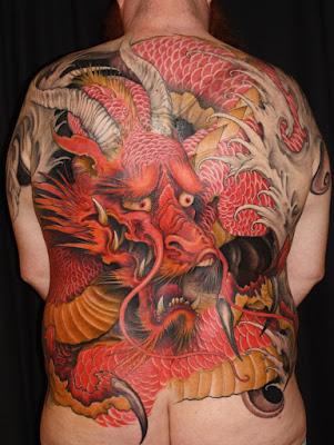 gambar tato naga berwarna di punggung