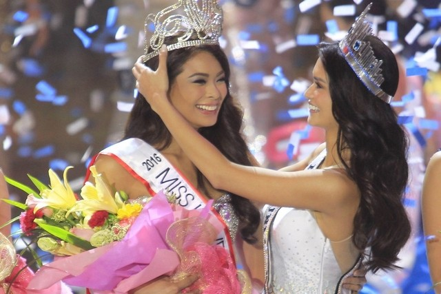 Pia Alonzo Wurtzbach crowns the newest Miss Universe Philippines Maxine Medina.