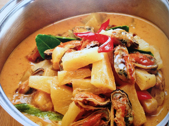 melonyzz - 10 Must-try Thai Dishes - Pineapple curry with mussels