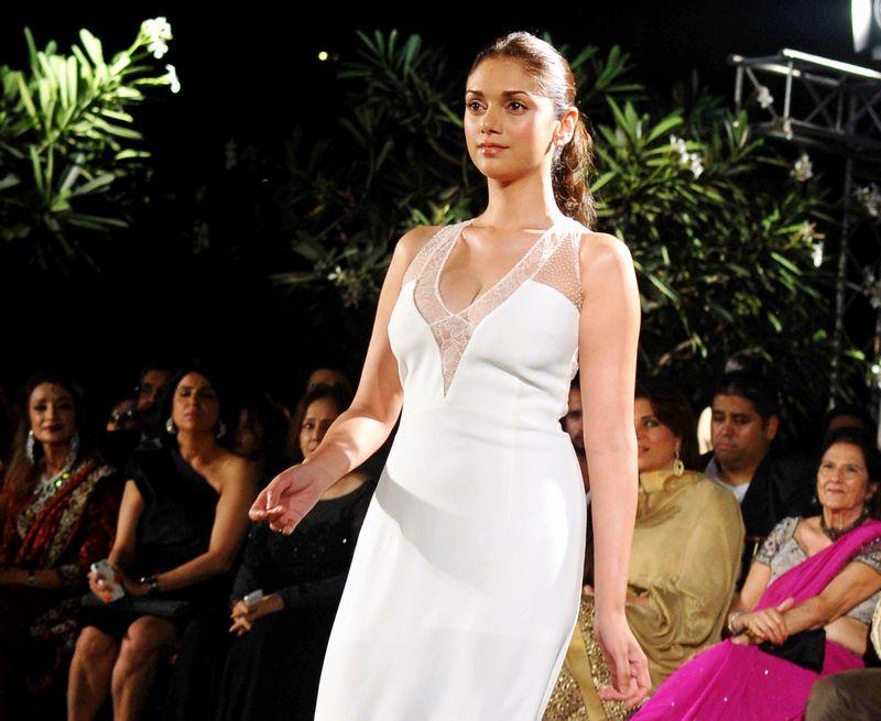 Aditi Rao Hydari rampwalk, Aditi Rao Hydari in sexy white dress, Aditi Rao Hydari hot pics, Aditi Rao Hydari sexy photos