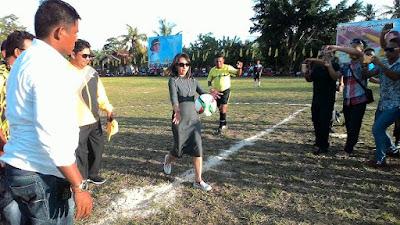 Bupati Sri Wahyuni Manalip saat membuka secara resmi Golkar CUP di Lapangan Monggoau Bitunuris.