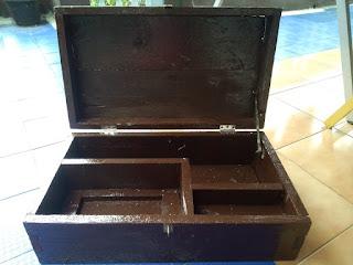 Kotak serbaguna dengan kompartemen/sekat didalamnya