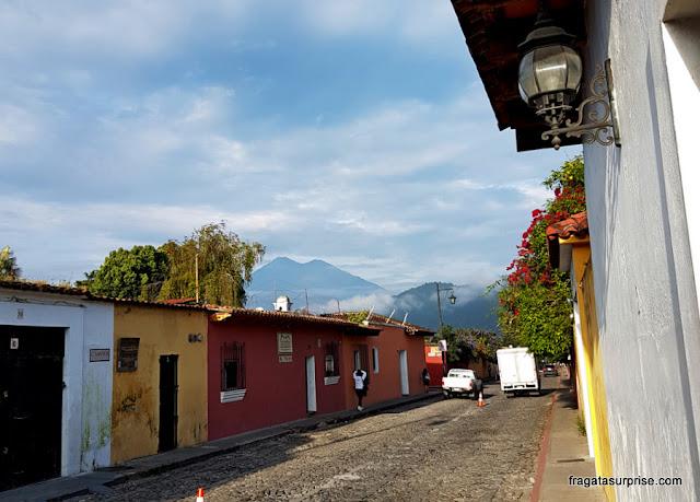 Vulcões no horizonte de Antigua, Guatemala