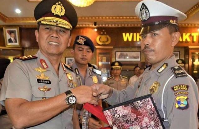 Kapolda Lampung Irjen Po. Sudjarno saat memberikan penghargaan kepada Aiptu Rutaman, di Polda Lampung, Senin (17/7/2017).