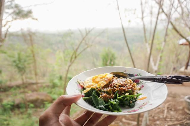 Makan pecel di Kebun Buah Mangunan. Source: jurnaland.com