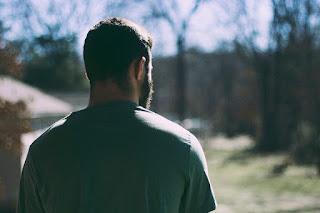 Persoană cu spatele - foto de James Garcia - unsplash.com