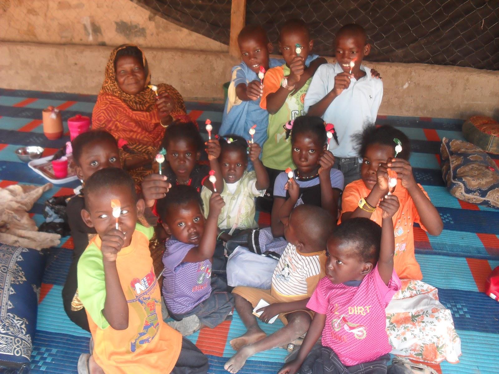 6e1fe165c المرحومة جمعه مع أطفال المدينة، مشهد سيفتقده الأطفال هذا العيد.