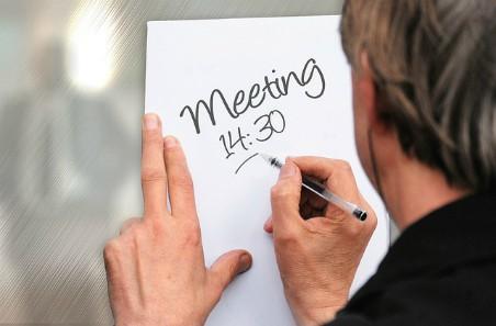 Hombre anotando la hora de su reunión para recordarlo