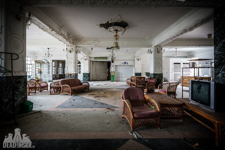 Luxury and Emptiness: An Abandoned Hotel in Japan