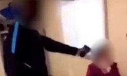 Σοκαριστικό βίντεο: 15χρονος μαθητής σημαδεύει με όπλο την καθηγήτριά του μέσα στην τάξη