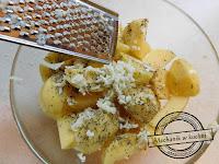 Czosnek tarty na tarce praska do czosnku ziemniaki pieczone z czosnkiem w piekarniku czosnkowe ziemniaki MwK Pszczyna catering grillowy