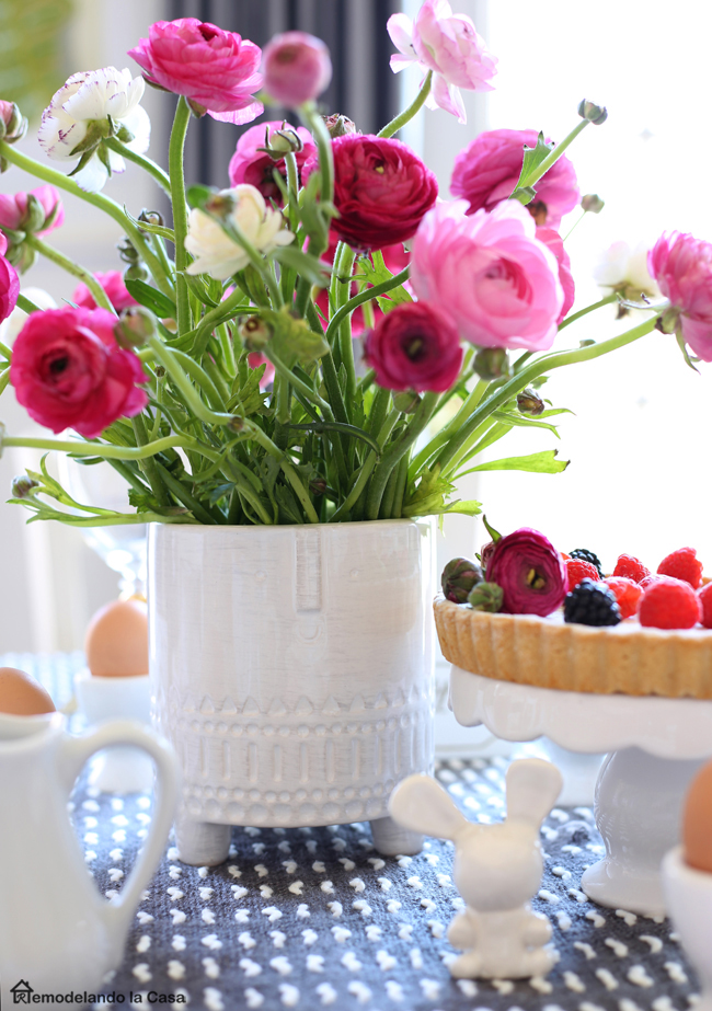 A beautiful Easter table in pink and grey