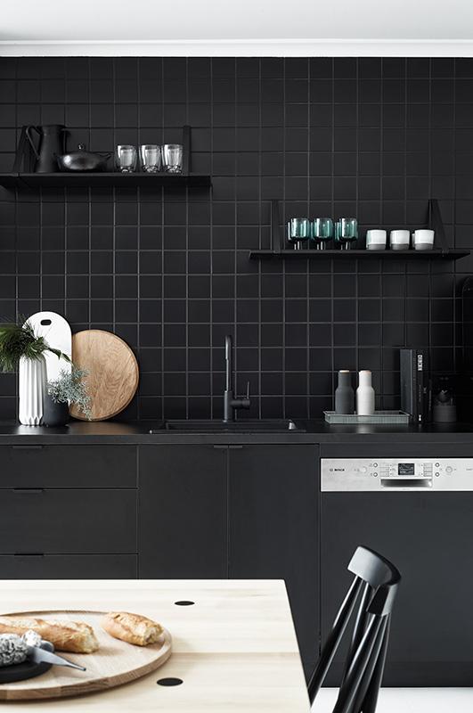czarne kafelki do kuchni