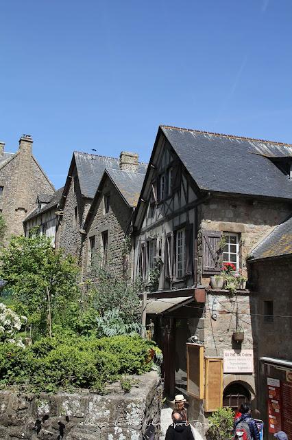 Wejście do opactwa Mont Saint-Michel wąskimi zatłoczonymi uliczkami