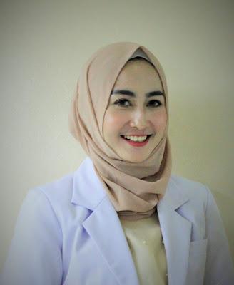 Sitti Ashari merupakan public figure sebagai Puteri Muslimah Indonesia 2016 dan dokter gigi