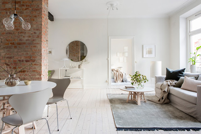 Bucătărie deschisă către living și subtile accente de culoare într-un apartament de 70 m²