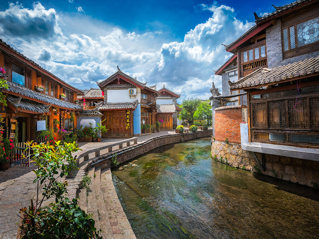 Khu vực thành cổ Lệ Giang gồm Bạch Cát, Thúc Hà và Đại Nghiên, được xây dựng vào cuối đời Tống. Trong đó, Đại Nghiên là khu lớn nhất. Cổ trấn này sở hữu lối kiến trúc đa dạng, kết hợp giữa những yếu tố khác nhau từ nhiều nền văn hóa. Nơi đây còn nổi tiếng về hệ thống đường thủy, với 354 cây cầu bắc trên hệ thống sông Ngọc Hà, cùng nhiều địa điểm tham quan, hấp dẫn du khách.