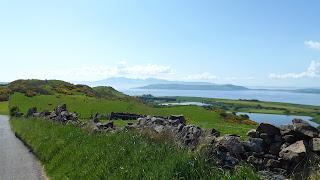 Rekettyéssel borított domb és sziklák Skóciában