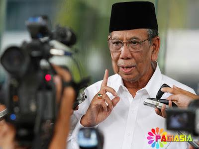 Ketika KH Hasyim Muzadi Menenteng Kedua Sepatunya karena Jemari Kakinya Protes Kepanasan