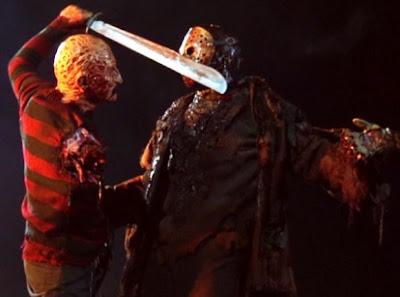 Foto de Freddy Krueger atacando con su espada a Jason Voorhees
