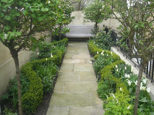 pequeño jardín urbano de descanso