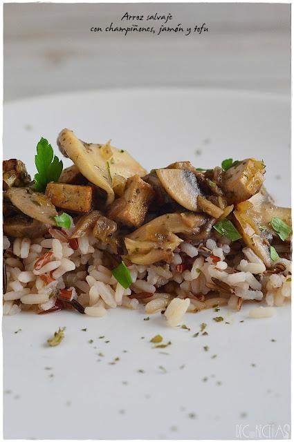 Arroz salvaje con champiñones, jamón y tofu