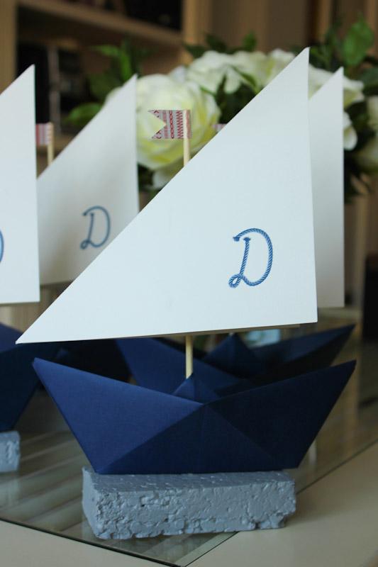 detalle de la decoracin de la mesa donde los mens estaban impresos en unos preciosos barcos de papel en cuya vela hondeaba la inicial del nombre del nio