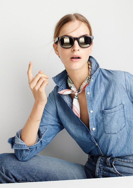 Платок с контрастным принтом и джинсовой рубашкой