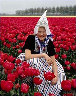 Своеобразие и неповторимость сохраняется и в народной одежде голландцев