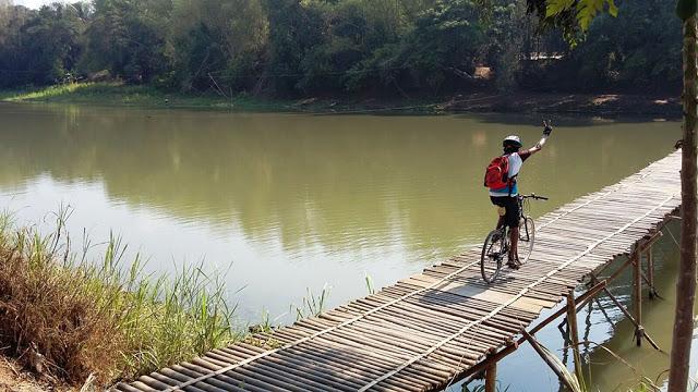 Meniti Jembatan Sesek dengan sepeda (Dok - Ardian Kusuma)