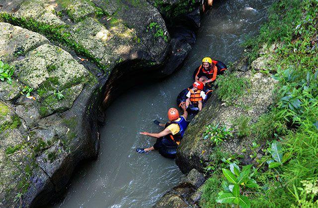 Mulai menyusuri sungai di Karst Tubing Bantul