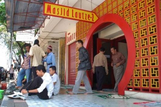 Bersyahadat di Masjid Lautze, Ibu dan Anak Resmi Jadi Mualaf