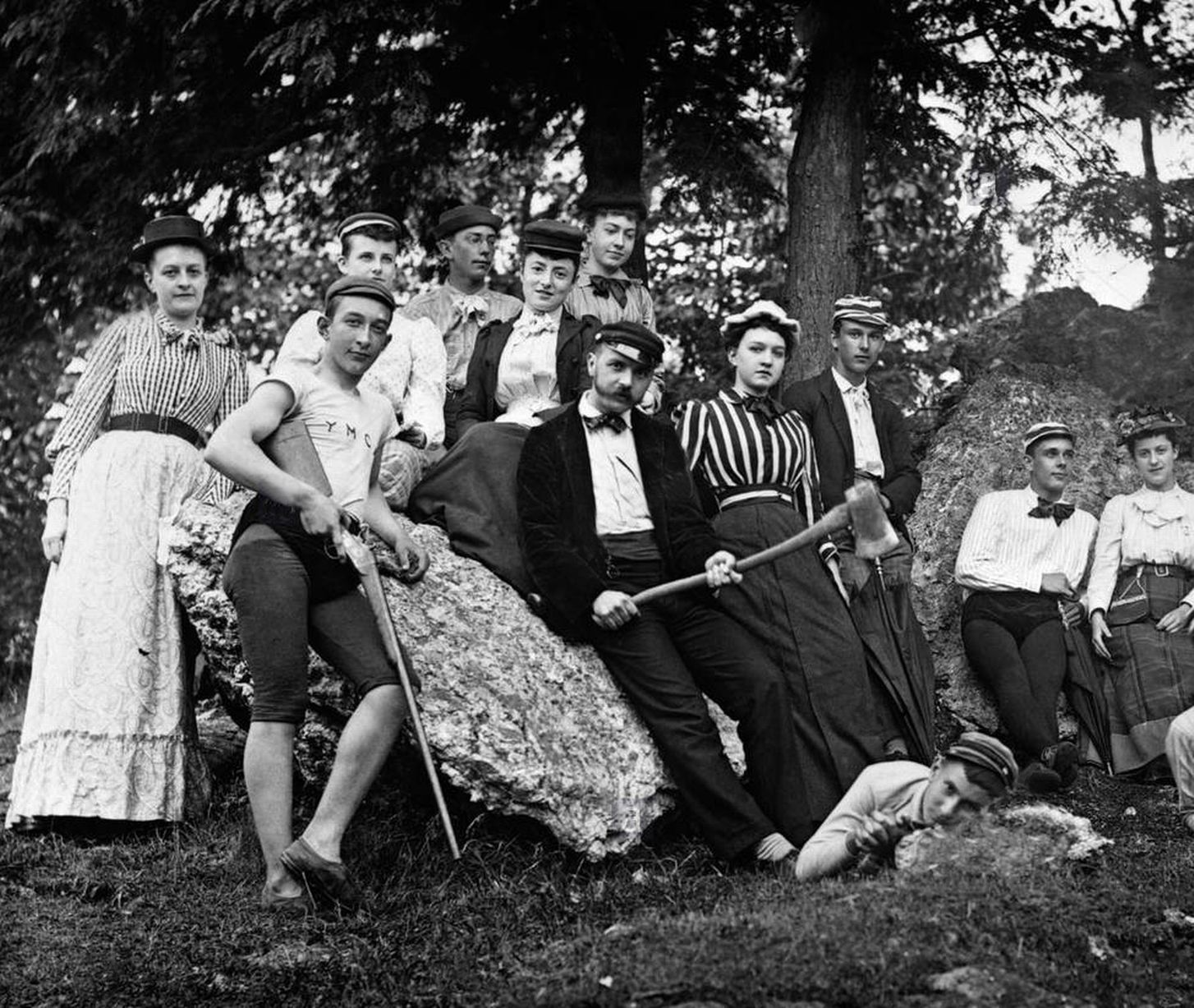 Teenagers are on a recreational outing in 1900s