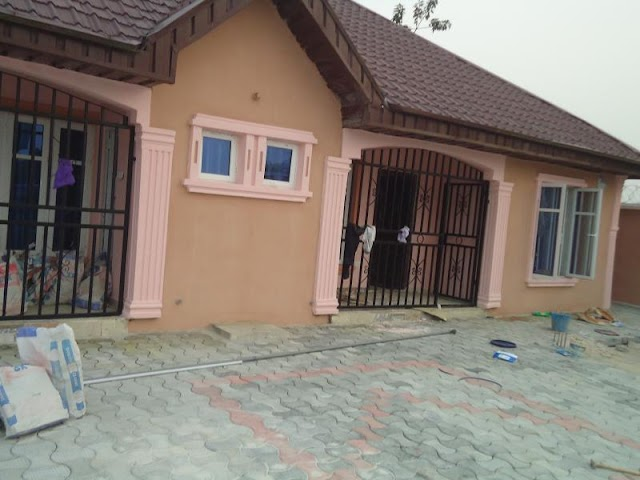 AWOYAYA RENT: 2 bedroom Flat (2 Persons in the compound)