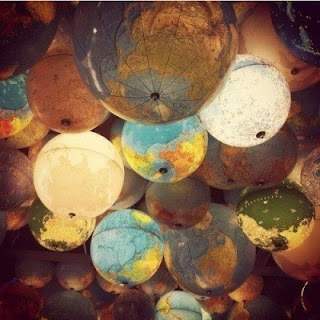 penuhi langit-langit ruangan dengan lampu-lampu globe