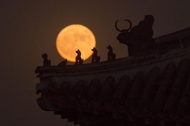 Trăng rằm tỏa sáng trên nóc một ngôi điện ở Tử Cấm Thành, Bắc Kinh, Trung Quốc. Hình ảnh: Getty Images.