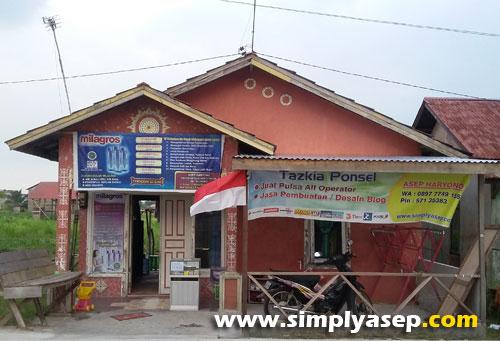 MERAH PUTIH :  Dirgahayu Republik Indonesia yang ke 71tahun, betapa bangganya saya sebagai warga negara Indonesia. Ada bendera merah putih berkibar di depan rumahku.  Foto Asep Haryono