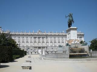 Vita parcial de la plaza, con el monumento a Felipe IV y al fondo el Palacio Real.