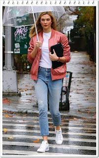 カーリー・クロス(Karlie Kloss)は、アディダス(adidas)のボンバージャケットとスニーカーを着用。