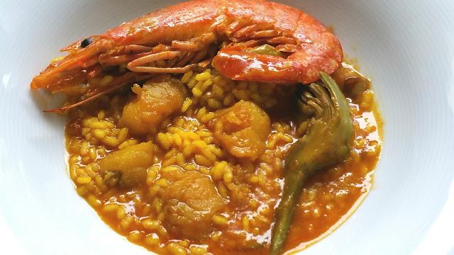 plato de arroz meloso con langostinos y alcachofas
