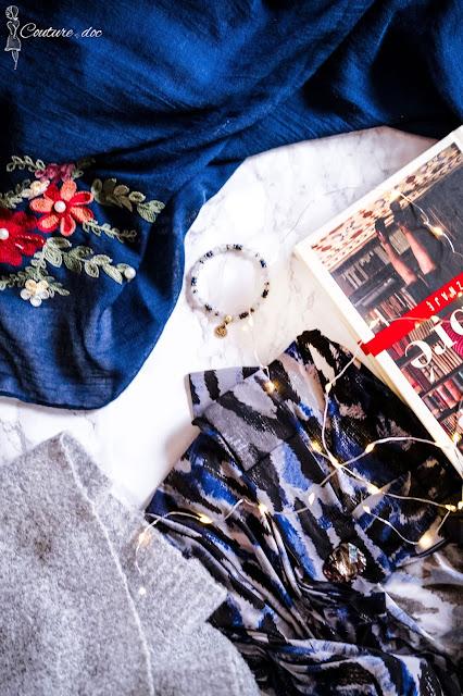 Granatowy haftowany szal, szary sweter, książka